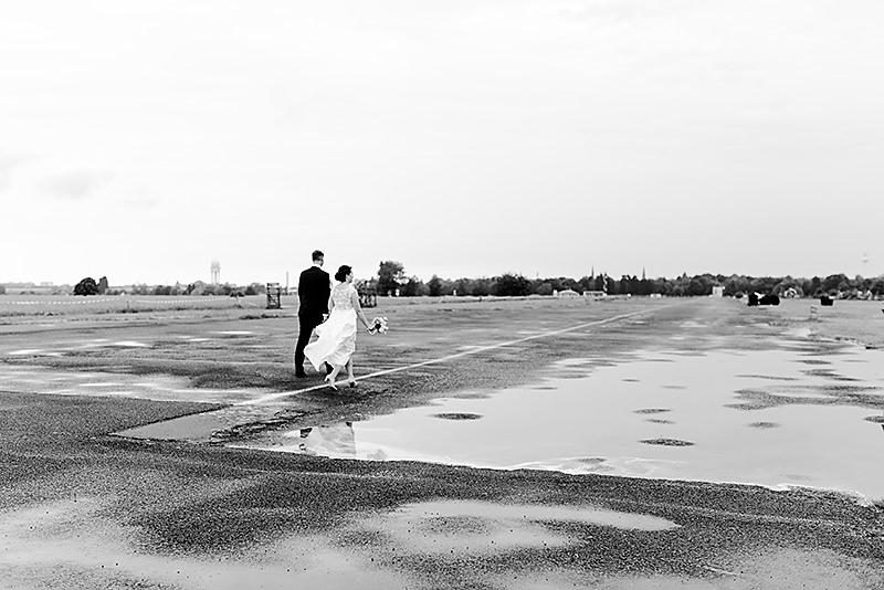 Hochzeitsfotos auf dem Tempelhofer Feld Schöneberg Ganz in Weise Berlin Regen